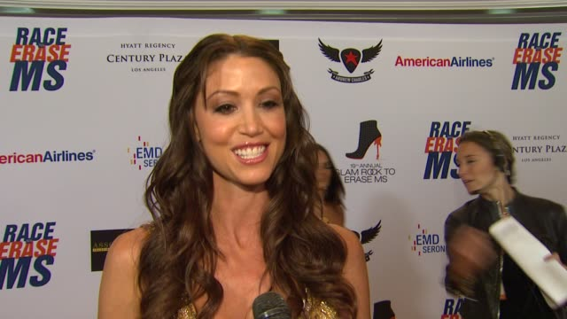 stockvideo's en b-roll-footage met shannon elizabeth on being a part of the night her glam rock attire walking in the show and how she's been preparing for tonight at 19th annual race... - shannon elizabeth