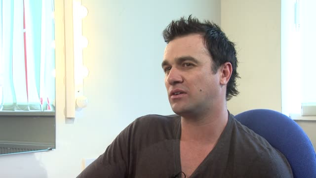 shannon noll on when entering the music industry, other celebrities being 'not worthy' of the fame or difficult. at the jeff wayne's war of the... - ボーハムウッド点の映像素材/bロール