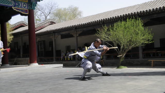 shaolin students demonstrate the use of weapons. - 少林寺点の映像素材/bロール