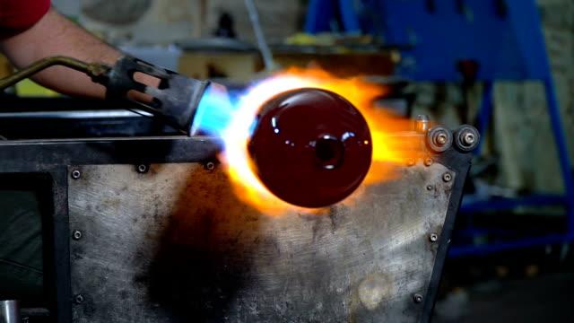 vídeos de stock e filmes b-roll de shaping glass with fire - moldar