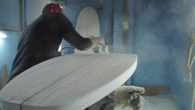 vídeos de stock e filmes b-roll de shaping surf boards - moldar