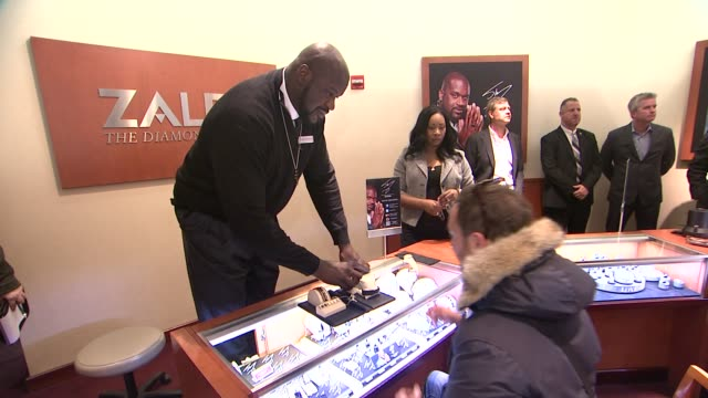 """shaquille o'neal at shaquille o'neal surprises holiday shoppers by """"working"""" behind counter at zales jewelers' 5th avenue at zales on november 26,... - shaquille o'neal stock videos & royalty-free footage"""