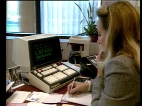 vídeos de stock e filmes b-roll de share prices fall elizabeth sospenso interview sof cutaway reporter - 1987