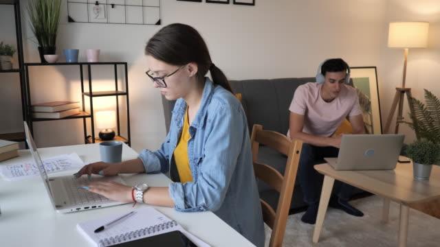 vídeos y material grabado en eventos de stock de vida y estudio compartidos - estudiantes de la generación z compartiendo espacio de trabajo en casa - 25 29 años