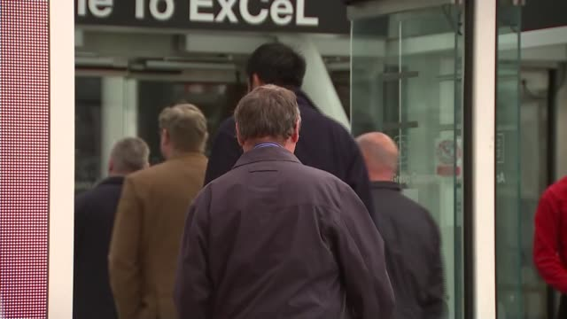 bp shareholders reject 14 million pound pay deal for chief executive england london excel centre ext protesters outside shareholders' meeting... - jahreshauptversammlung stock-videos und b-roll-filmmaterial