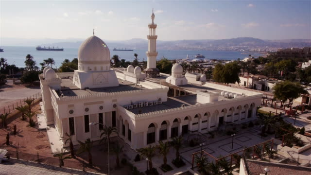 ws - sharif hussein bin ali mosque in aqaba from above. - gulf of aqaba stock videos & royalty-free footage