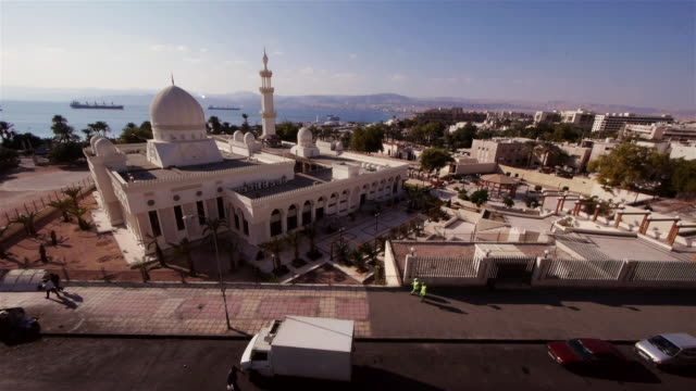 ews - sharif hussein bin ali mosque in aqaba from above. - gulf of aqaba stock videos & royalty-free footage
