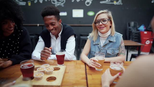 trinken und lachen - erdnuss stock-videos und b-roll-filmmaterial