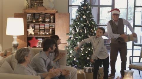 vídeos y material grabado en eventos de stock de intercambio y la apertura de navidad presentan wile bailando el baile del hilo dental. - celebración ocasión especial
