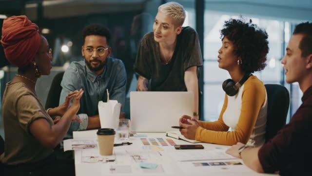 vídeos y material grabado en eventos de stock de compartir ideas es vital para el éxito - oficio creativo