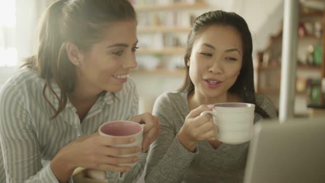 vídeos y material grabado en eventos de stock de compartir vida de laptop - amistad femenina