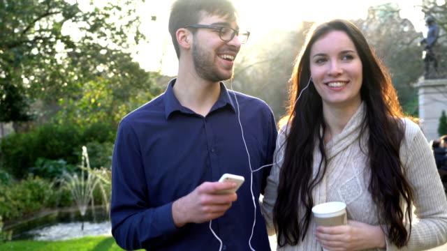 Het delen van muziek, paar in het park.