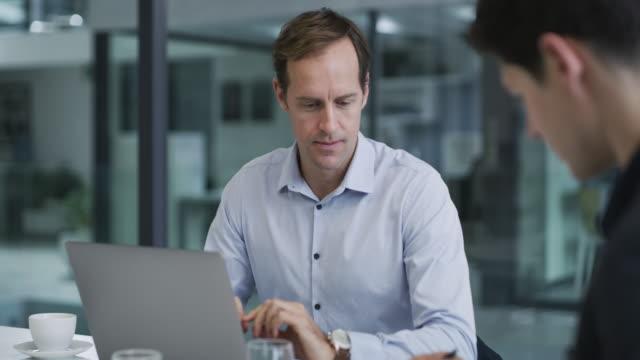 vídeos de stock, filmes e b-roll de compartilhando mais alguns insights que eles têm - employee engagement