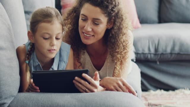 in einige zeit online - familie mit zwei generationen stock-videos und b-roll-filmmaterial