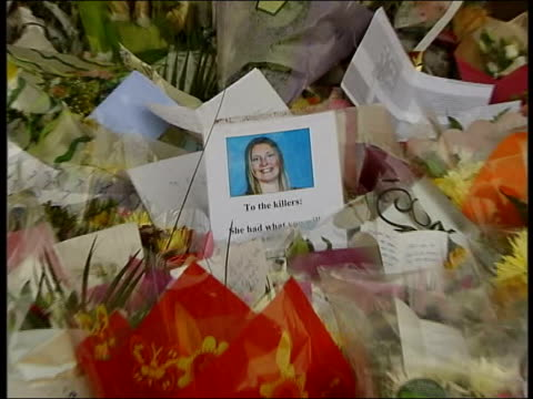 latest developments lms jennifer knee and her party inspect floral tributes at murder scene cms image of sharon and message to the killers on bouquet... - composizione di fiori video stock e b–roll