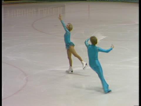 sharon jones and paul askham continue their routine british ice dance championships nottingham nov 83 - contea di nottingham video stock e b–roll