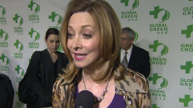 vídeos de stock e filmes b-roll de interview sharon lawrence on what she appreciates about the work global green usa is doing at global green usa's 10th annual preoscar party on... - festa do óscar