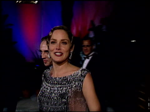 sharon stone at the 1995 academy awards granada tv at the shrine auditorium in los angeles, california on march 27, 1995. - 1995 bildbanksvideor och videomaterial från bakom kulisserna