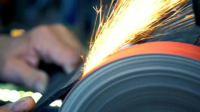 ナイフシェイプナーにクリーバーナイフを研ぎます - 研ぐ点の映像素材/bロール
