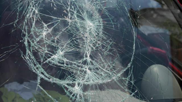 zertrümmerte windschutzscheibe verkehrsunfall - unfall ereignis mit verkehrsmittel stock-videos und b-roll-filmmaterial