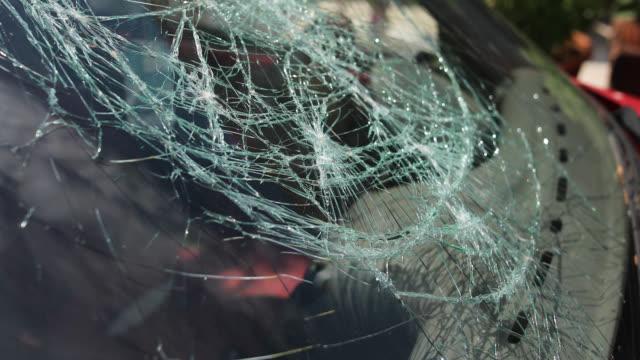vidéos et rushes de accident de la route pare-brise brisé - crimes et délits