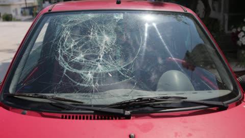 zertrümmerte windschutzscheibe verkehrsunfall - wrack stock-videos und b-roll-filmmaterial