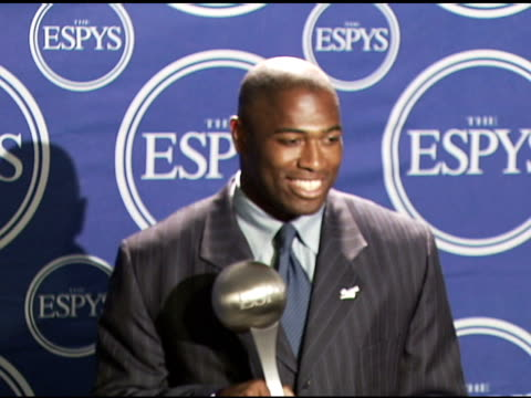 vidéos et rushes de shaun alexander of the seattle seahawks, winner best nfl player and best record-breaking performance at the 2006 espy awards press room at the kodak... - nfc