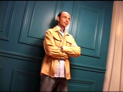 vídeos de stock e filmes b-roll de shaun toub at the 2004 toronto international film festival 'crash' portraits at intercontinental in toronto, ontario on september 11, 2004. - festival internacional de cinema de toronto