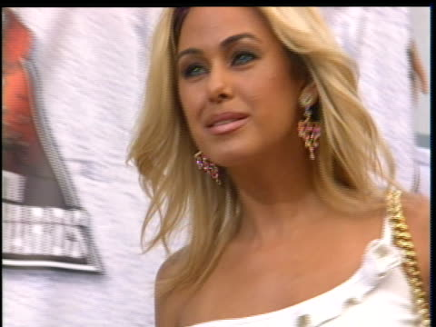 vidéos et rushes de shauna sand taking pictures at the 2004 mtv movie awards red carpet - 2004