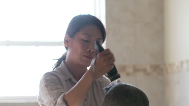 剃った頭 - 白血病点の映像素材/bロール