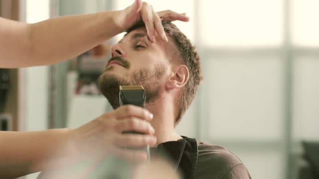 Shaving a client with trimmer