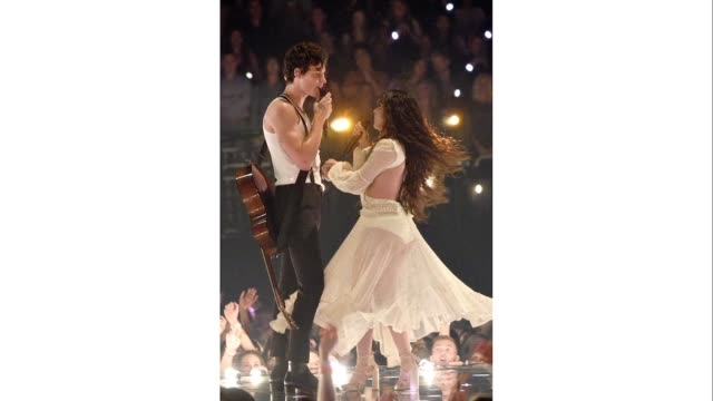 vídeos de stock e filmes b-roll de shawn mendes and camila cabello perform onstage during the 2019 mtv video music awards at prudential center on august 26 2019 in newark new jersey - prémios mtv video music awards