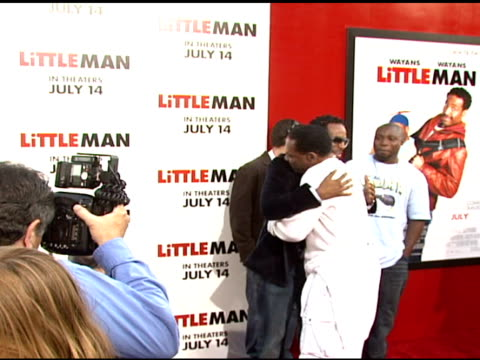 vídeos y material grabado en eventos de stock de shawn wayans and john witherspoon at the 'little man' premiere at the mann national theatre in westwood, california on july 6, 2006. - mann national theater
