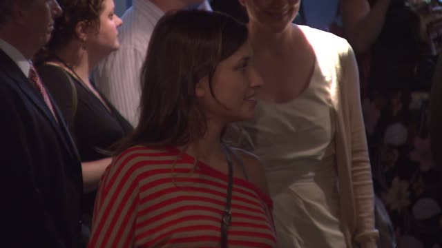 shawnie at the 'becoming jane' new york premiere at landmark's sunshine theatre in new york, new york on july 24, 2007. - ランドマークサンシャインシアター点の映像素材/bロール
