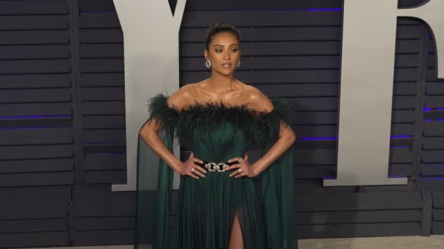 vídeos de stock e filmes b-roll de shay mitchell at 2019 vanity fair oscar party hosted by radhika jones at wallis annenberg center for the performing arts on february 24 2019 in... - vanity fair