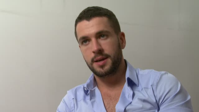 shayne ward on what he feels about tom cruise in rock of ages at the rock of ages interviews at london england - tom cruise bildbanksvideor och videomaterial från bakom kulisserna