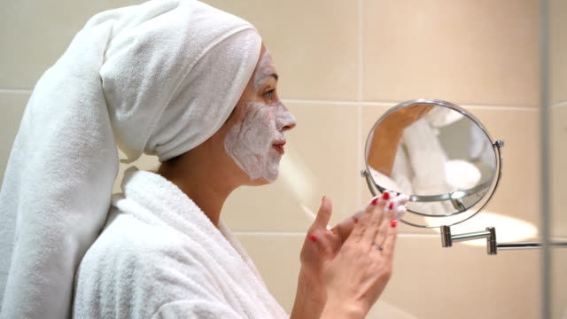 vídeos de stock, filmes e b-roll de ela se preocupa com a pele do rosto - chuveiro instalação doméstica