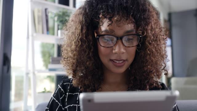 vidéos et rushes de elle trouve tout ce dont elle a besoin pour les affaires en ligne - bring your own device