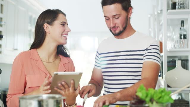 vídeos y material grabado en eventos de stock de ella encontró la receta perfecta para principiantes para él - preparar comida