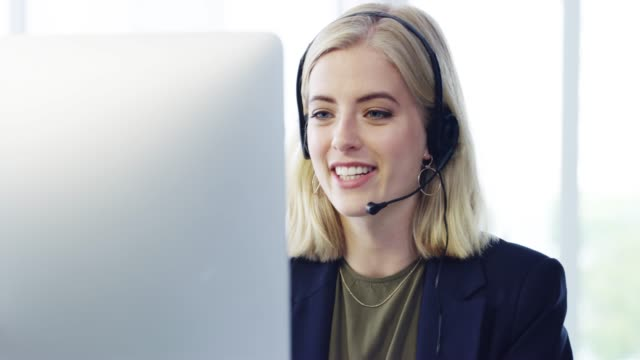 vídeos y material grabado en eventos de stock de ella hace un esfuerzo extra por sus clientes - call center