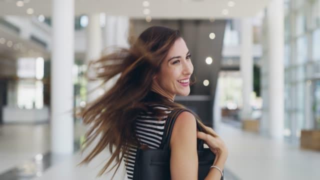 vídeos de stock e filmes b-roll de she has a positive attitude wherever she goes - atrás