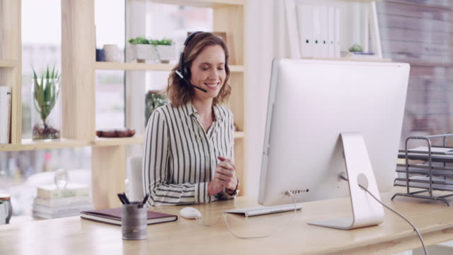 she has proper call centre expertise - cuffia attrezzatura per l'informazione video stock e b–roll
