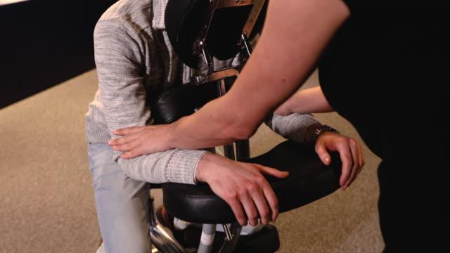 vídeos de stock e filmes b-roll de she is an expert in massage, her arms massages are so refreshing - dor no pescoço