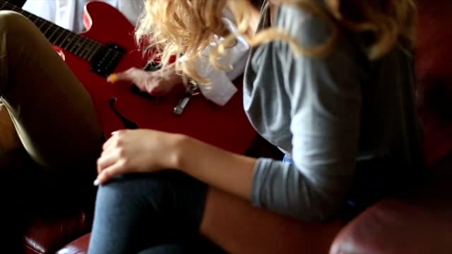 vídeos de stock, filmes e b-roll de ela gosta o som do violão - short curto