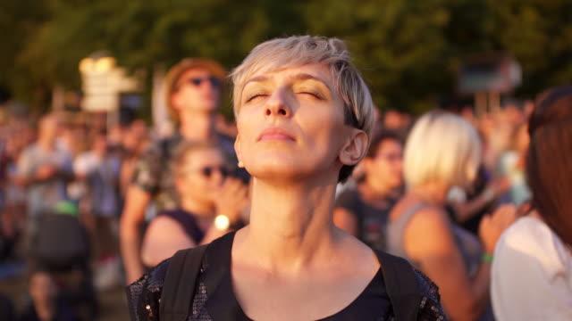 vídeos y material grabado en eventos de stock de le encanta la música - grupo grande de personas