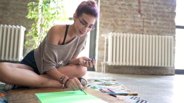 vídeos de stock, filmes e b-roll de ela adora a sensação de satisfação que ela recebe de criar algo bonito com suas próprias mãos - estudante universitária