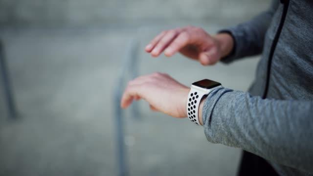 vídeos y material grabado en eventos de stock de ella nunca trabaja sin su smartwatch - autodisciplina