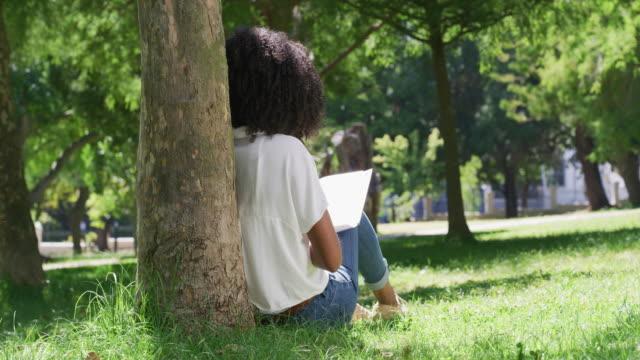vidéos et rushes de elle préfère les livres traditionnels aux livres électroniques tous les jours - back lit