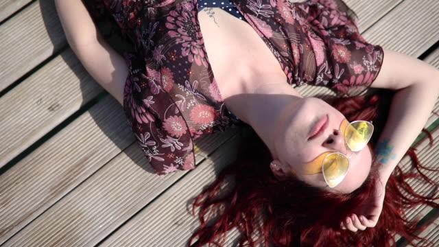 vídeos de stock e filmes b-roll de she really know how to enjoy life - apanhar sol