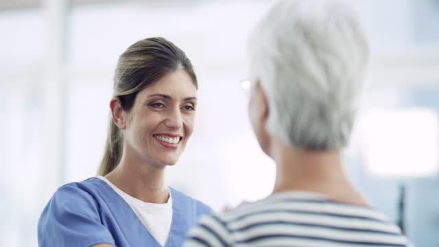 彼女は各患者を個人として見ている - 女性患者点の映像素材/bロール